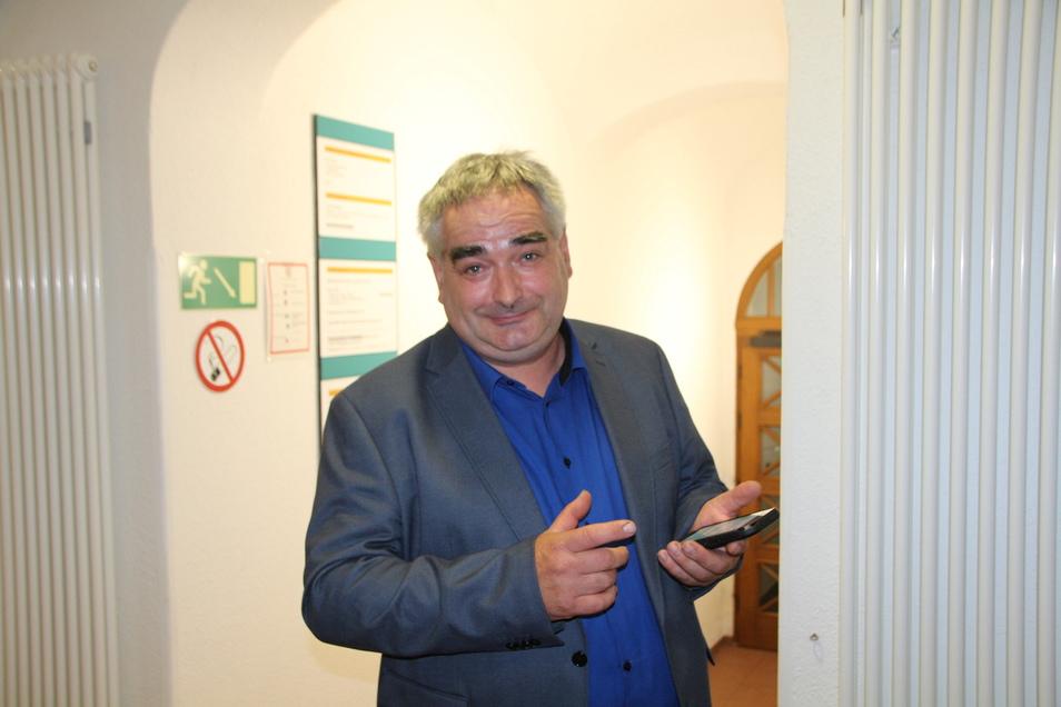Tilo Bretschneider (AFD) verfolgte im Glashütter Rathaus den Ablauf der Wahl mit. Er hatte auf eine Entscheidung im ersten Wahlgang gehofft.