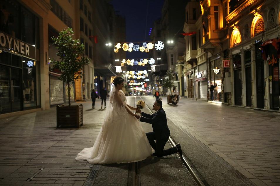 Wer sich in der Corona-Pandemie traut zu heiraten, hat abends ganze Einkaufsstraßen für sich, wegen der Ausgangsbeschränkungen.