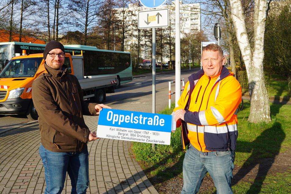 Silvio Messerschmidt, Leiter des Stadtbauamtes, und Bauhofleiter Jens Straube (rechts ) haben an der Oppelstraße eines der ersten Zusatzschilder angebracht.