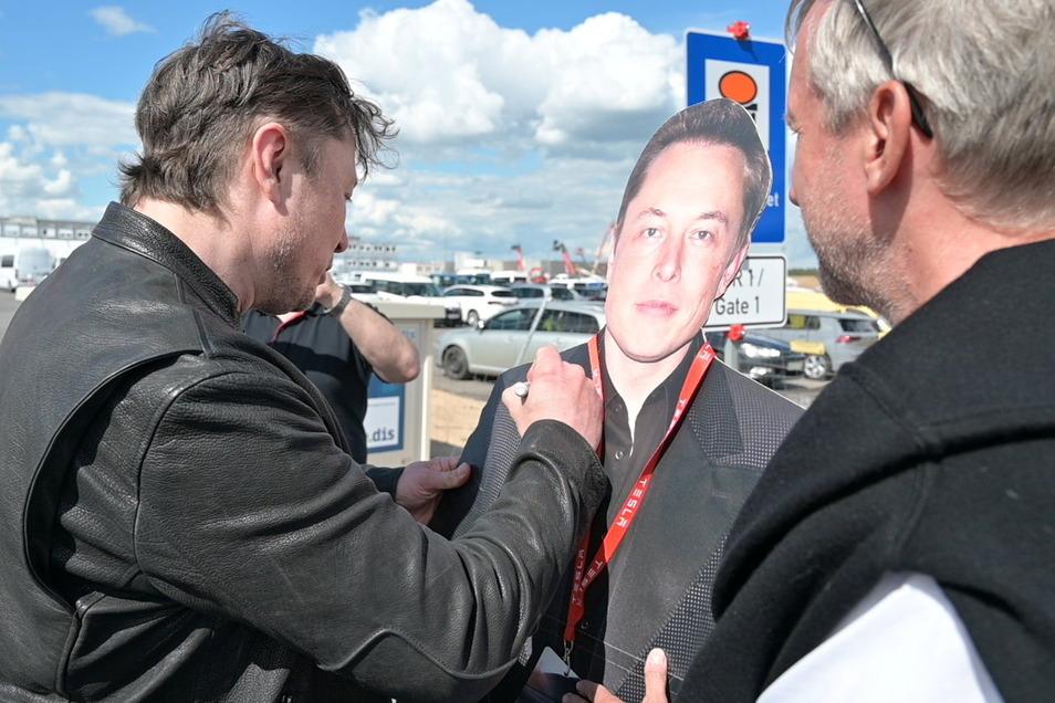 Elon Musk signierte den Pappaufsteller.