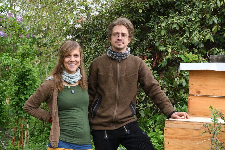 Sarah Mönke und Daniel Becker stehen mit ihren zwei Bienenbeuten im Garten in Tharandt.