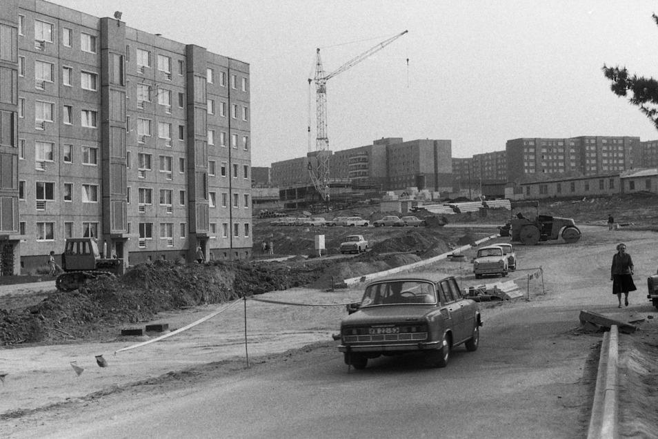 Während 1987 das Plattenbaugebiet Gorbitz entsteht, verfallen Dresdens Altbauviertel.