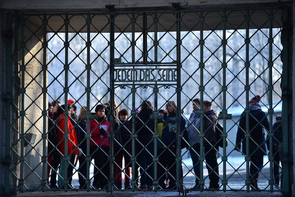 """Schüler am Tor zur KZ-Gedenkstätte Buchenwald. Sie gehören zur ersten Generation der Deutschen, die nicht mehr mit den lebendigen Erinnerungen der Großeltern an den Zweiten Weltkrieg aufgewachsen sind. Dass es diese """"direkte Brücke"""" für sie nicht mehr gib"""