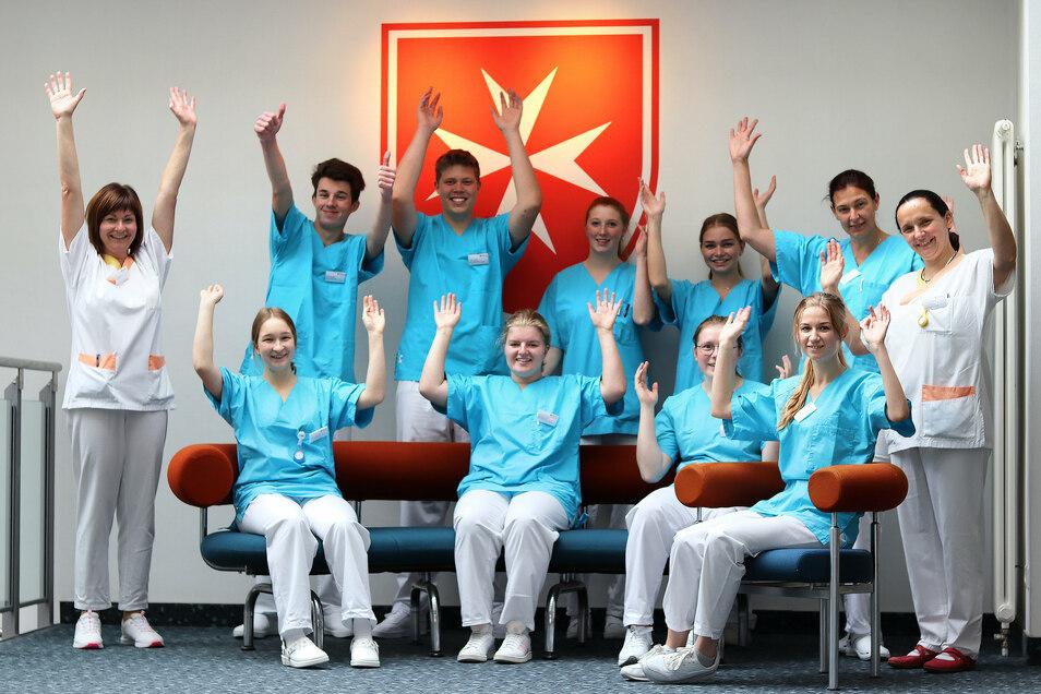 Neun Azubis starten im Kamenzer Krankenhaus in die Ausbildung. Begleitet werden sie von den Krankenschwestern und Praxisanleiterinnen Cindy Höppner (l.) und Sabine Paschke (r.).