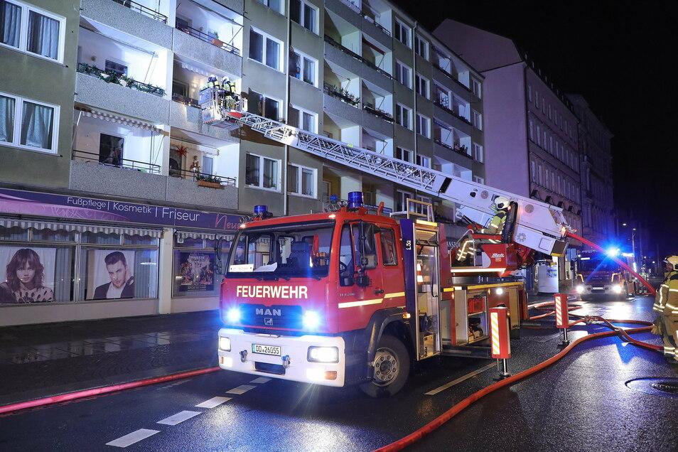 Über eine Drehleiter gelangten die Feuerwehrleute am Samstagmorgen in eine Wohnung in Dresden-Johannstadt. Dort brannte ein Geschirrspüler.