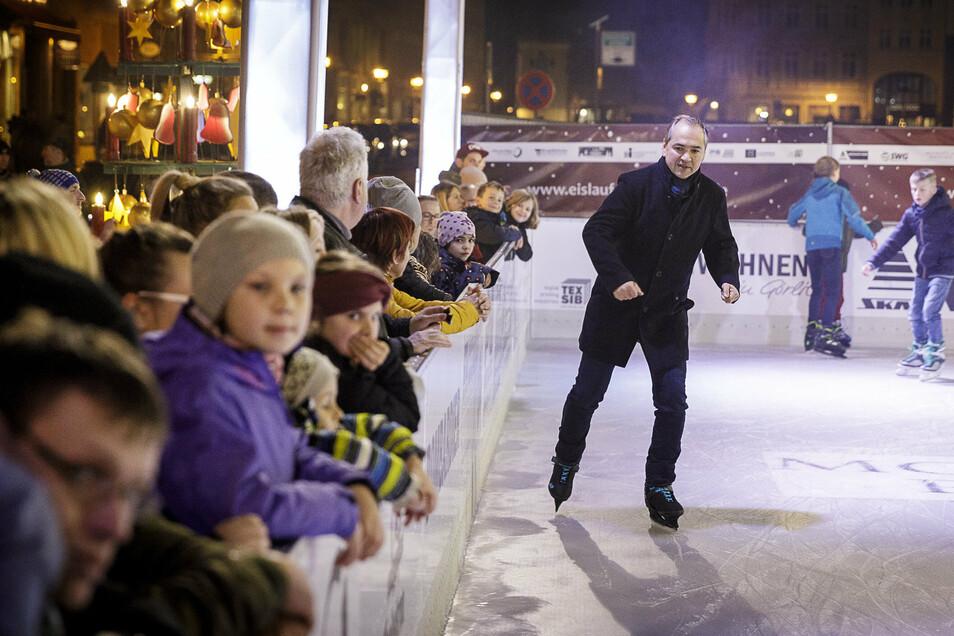 Auch dafür ist er sich nicht zu schade: OB Ursu wagte sich bei der Eröffnung der Eislaufbahn auf dem Obermarkt im Dezember als Erster aufs Eis. Politisch ließ er sich in seinem ersten Amtsjahr dagegen nicht aufs Glatteis führen.