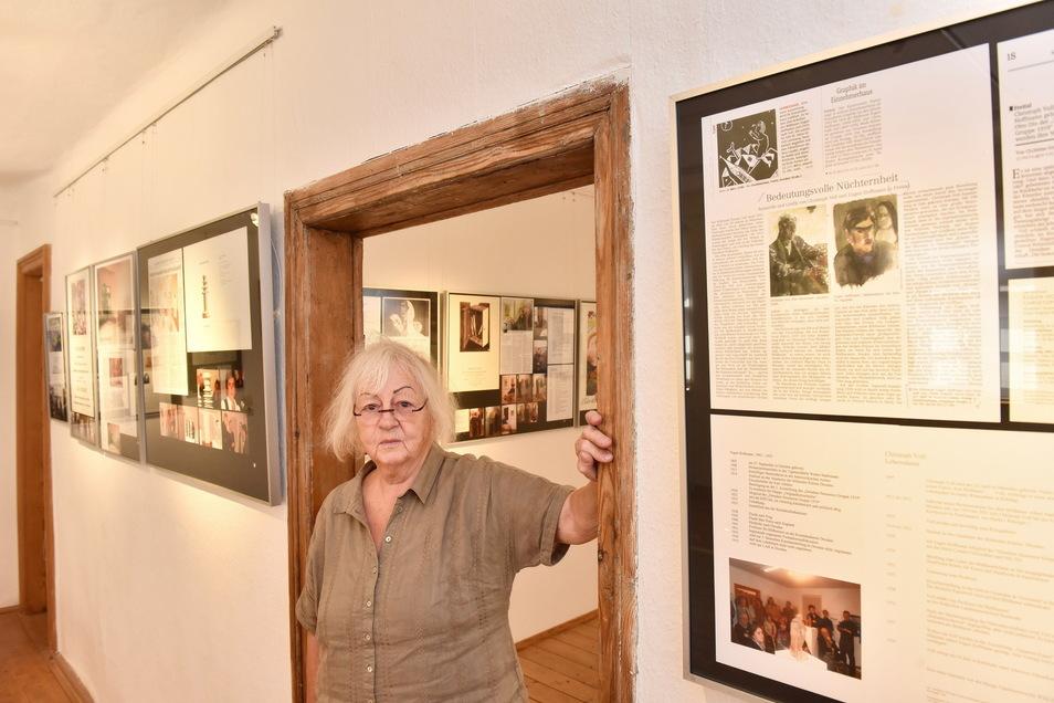 Barbara Hornich zeigt im Einnehmerhaus, was die Besucher der Ausstellung zur Ausstellungsgeschichte erwartet.