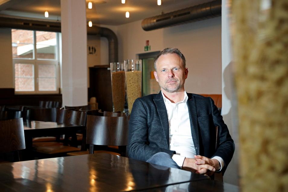 Teigwaren-Geschäftsführer Mike Hennig im Restaurant des Nudelcenters an der Merzdorfer Straße in Riesa.