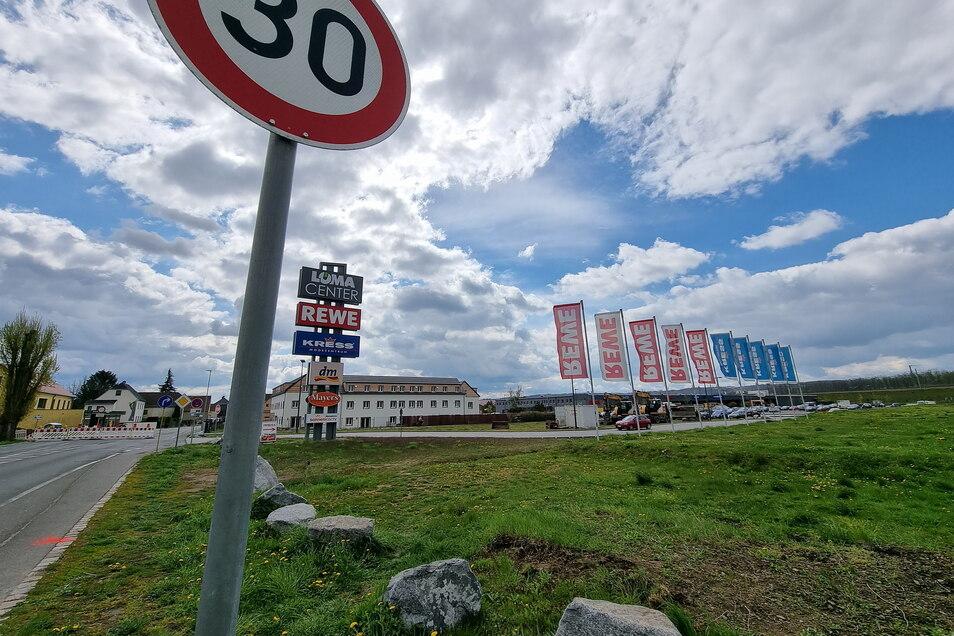 Nur dort ist die Lage völlig entspannt - an der Zufahrt zum Löma-Einkaufszentrum. Bis zum Jahresende wird die Zufahrt nur aus Richtung Coswig möglich sein.