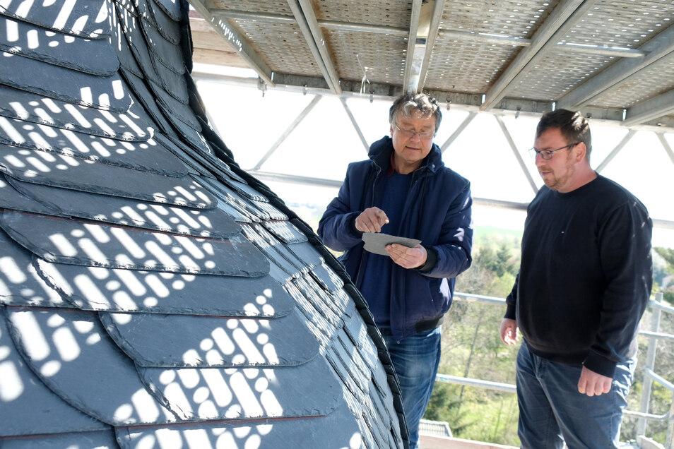 Pfarrer Jochen Hahn (links) und Kirchenvorsteher Jörg Thierbach zeigen, wie weit die Sanierungsarbeiten an der Kirche in Raußlitz vorangeschritten sind.