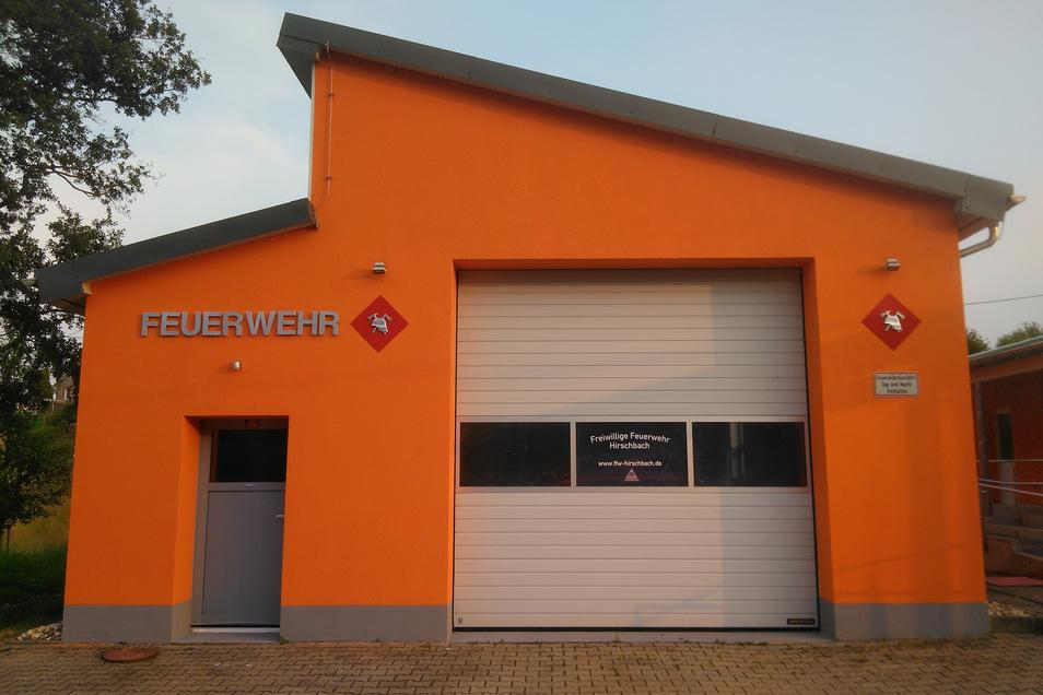 Im strahlenden Orange präsentiert sich die Feuerwehrgarage.