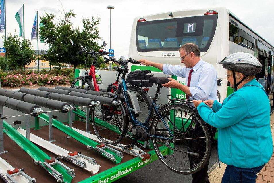Mitglieder vom Weinböhlaer Fahrradverein nutzten als erste die neue Radtransportmöglichkeit der Verkehrsgesellschaft Meißen auf der Linie M. Busfahrer Jens Pietzsch hilft beim Heraufheben und Befestigen der Räder.