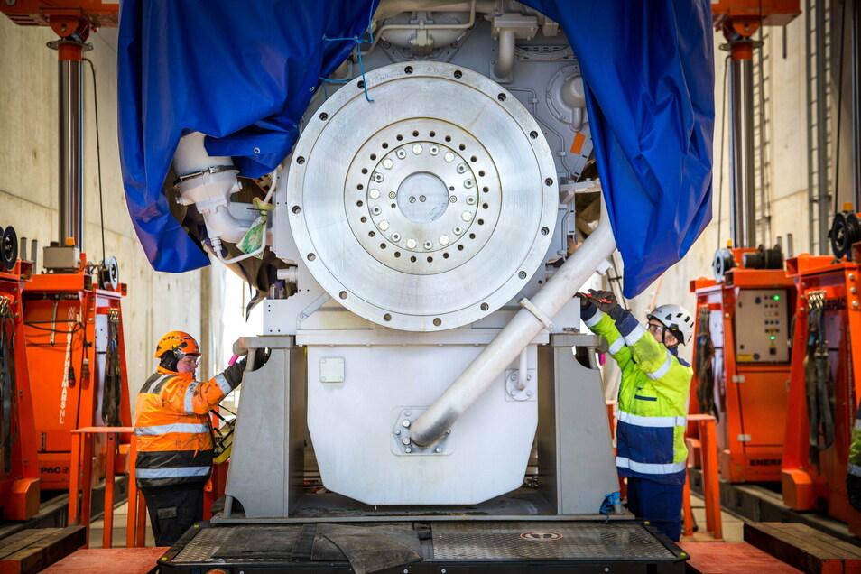 Dort wird er nun für den Einsatz vorbereitet und unter anderem mit einem Generator verbunden.