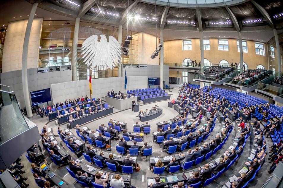 Der Bundestag hat am Donnerstag einen Gesetzentwurf der großen Koalition beschlossen, der die Berechnungsgrundlage für das Elterngeld vorübergehend ändert.