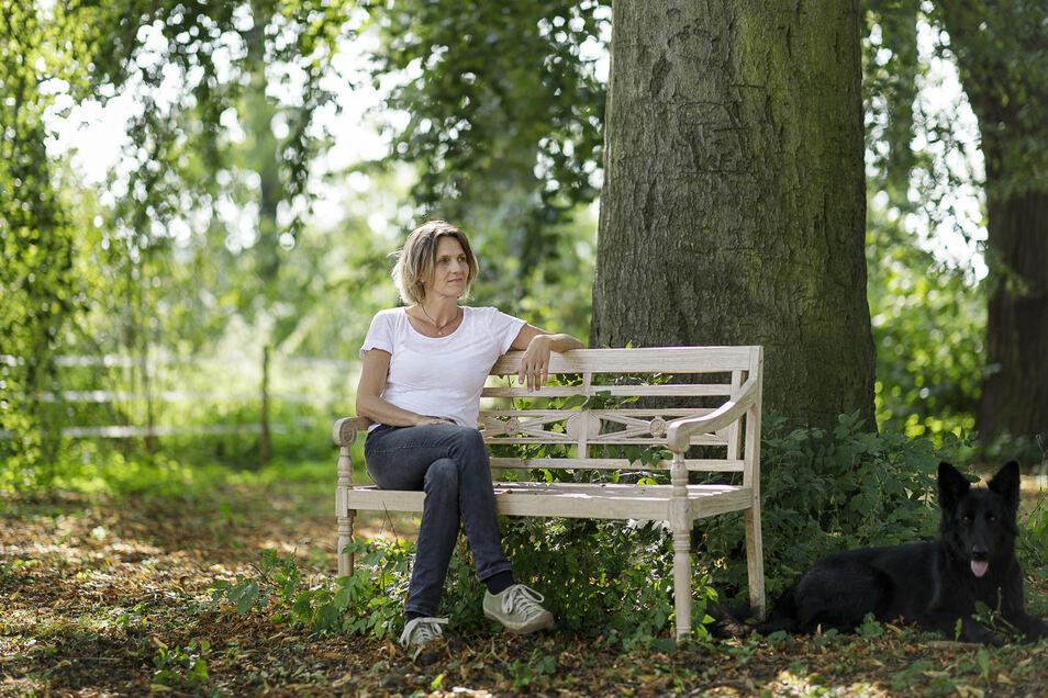 Simone Kuhn ist Heilpraktikerin und Schlossherrin im Görlitzer Ortsteil Ober-Neundorf. Hier sitzt sie unter einer Buche im Schlossgarten.
