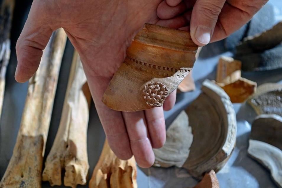 Neben Keramik und Hausabfällen, darunter Knochen vom Hirsch, stießen die Archäologen auch auf Fundamentbereiche des Gebäudes, die für die Rekonstruktion der frühen Baugeschichte besonders aussagekräftig sind.