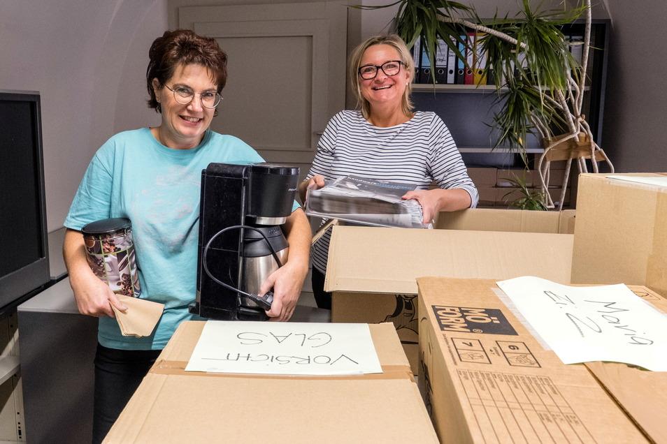 Petra Rudolph (rechts), Geschäftsführerin des DDV Neiße Verlages, und Diana Menzel, Mitarbeiterin im SZ-Treffpunkt, sind am neuen Standort angekommen.