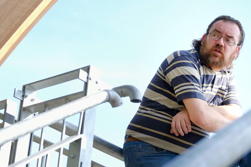 Andreas Gerth bemängelt den baulichen Zustand der Aussichtsplattform im Kändlerpark.