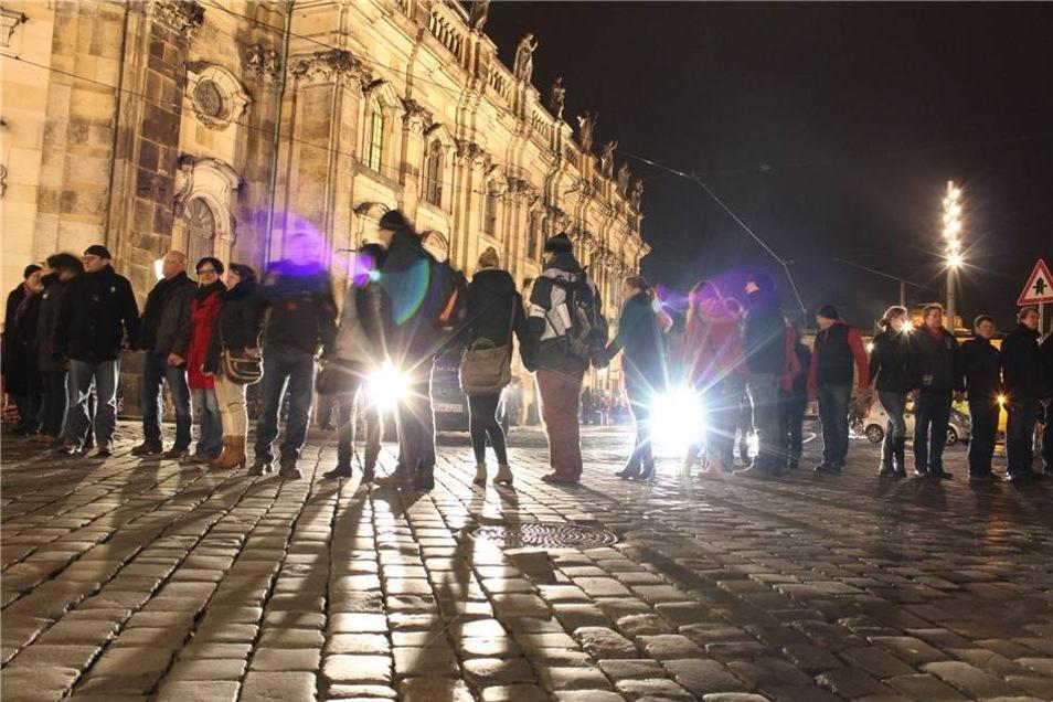 Tausende Menschen reihten sich  am 13. Februar  in die Menschenkette um die Dresdner Innenstadt ein. Sie gedachten gemeinsam und erinnerten damit an die Opfer der Bombenangriffe auf Dresden.