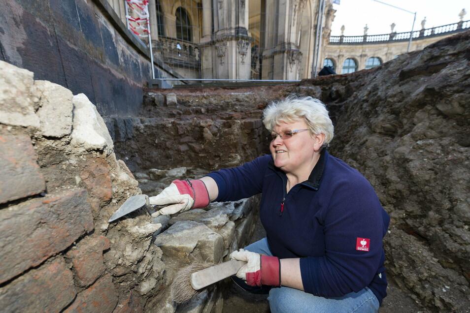 Bereits 2013 und 2014 waren einige Flächen im Zwingerhof von Archäologen untersucht worden. Hier hatte Grabungsarbeiterin Thea Redke ein Stück der alten Stadtmauer freigelegt. Direkt davor war der alte Stadtgraben, in dem sie kauert.
