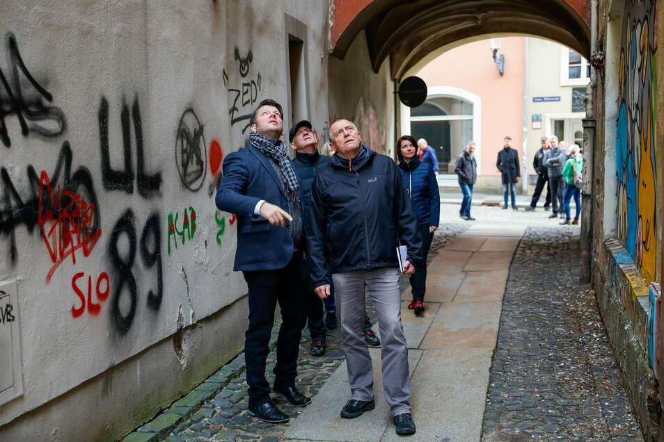 Kritische Blicke: Zittaus OB Thomas Zenker mit Mitarbeitern und Stadträten auf Dreckeckenrundgang in der Innenstadt - hier im taubenkotverdreckten Justgässchen.