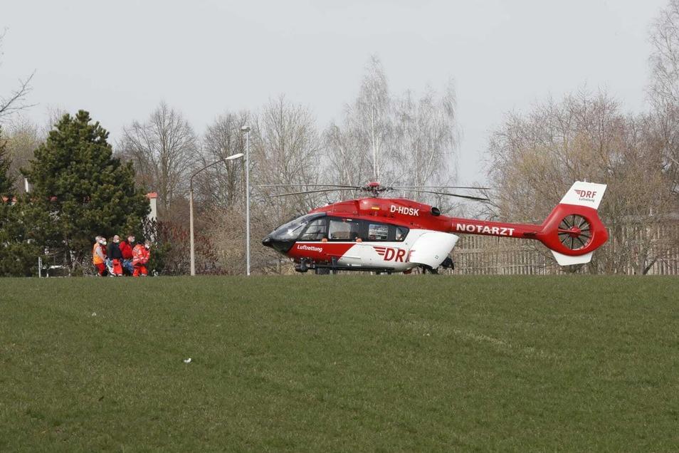 Der 82-Jährige wurde mit dem Rettungshubschrauber in ein Krankenhaus geflogen.