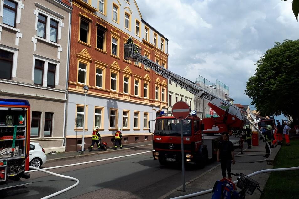 Mit der Drehleiter rückte die Feuerwehr Riesa an, um am Donnerstagsnachmittag einen Wohnungsbrand auf der Goethestraße zu löschen.