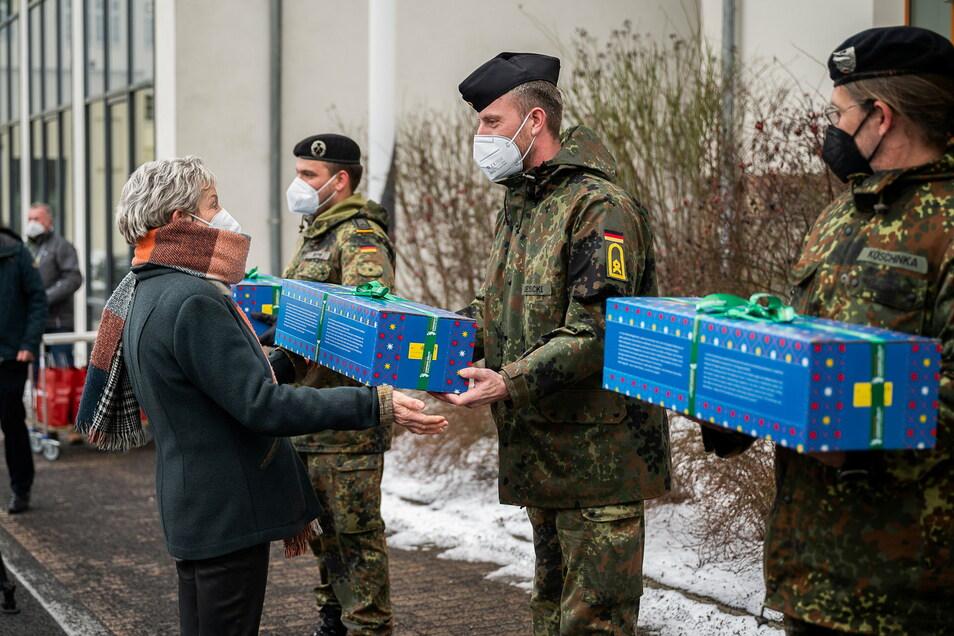 Martina Weber, zweite Beigeordnete des Landkreises Görlitz, übergibt Herrnhuter Sterne als Dankeschön an die Soldaten beim Zapfenstreich im Landratsamt.