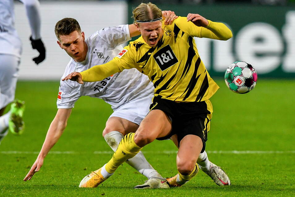 Umkämpftes Duell: Mönchengladbachs Matthias Ginter (links) gegen Dortmunds Erling Haaland.