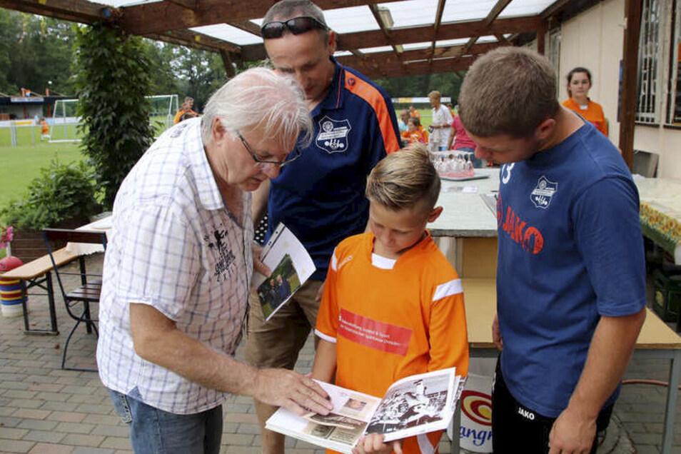 Beim Camp im vergangenen Jahr nutzten die Mädchen und Jungen auch die Gelegenheit, ein Autogramm von Fußball-Legende Peter Ducke (l.) zu bekommen.