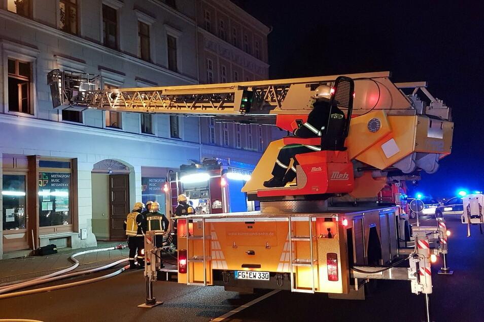 Drehleitereinsatz am Demianiplatz: Hier wurde der Wohnungsinhaber tot geborgen.