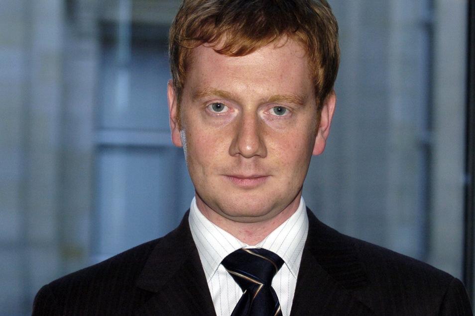Für dieses Foto haben wir ganz tief im Archiv gekramt: Kretschmer als Bundestagsabgeordneter 2004 in der Lobby des Reichstagsgebäudes in Berlin. Damals war er 29 Jahre alt.