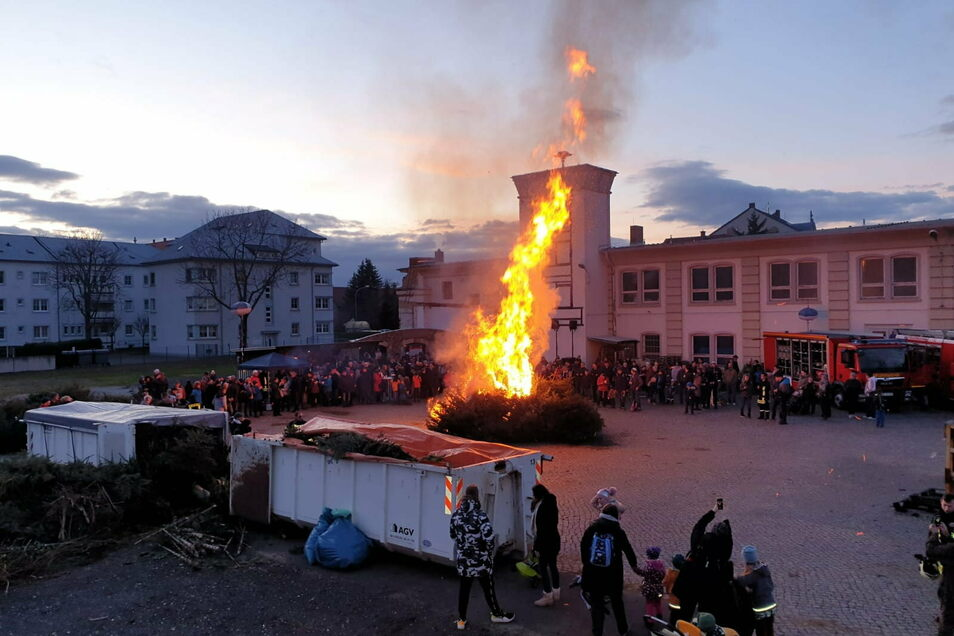 Vor Corona ging das noch: das festliche Weihnachtsbaum-Verbrennen bei der Riesaer Feuerwehr. Dieses Jahr muss es ausfallen.
