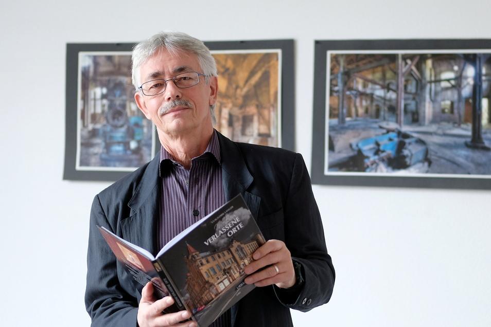 Claus-Dirk Langer hat in seinem Meißner Büro mehrere Meter an Jahrgängen der SZ gesammelt. Die aktuellen Ausgaben wertet er für die Stadtchronik aus.