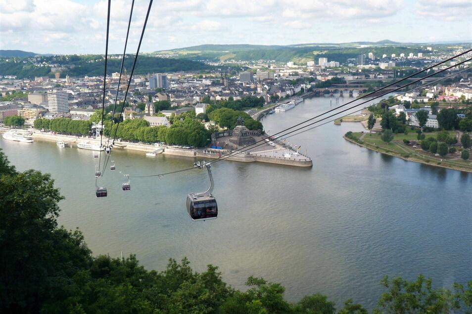 Wo sich Rhein (vorn) und Mosel treffen: das Deutsche Eck in Koblenz.