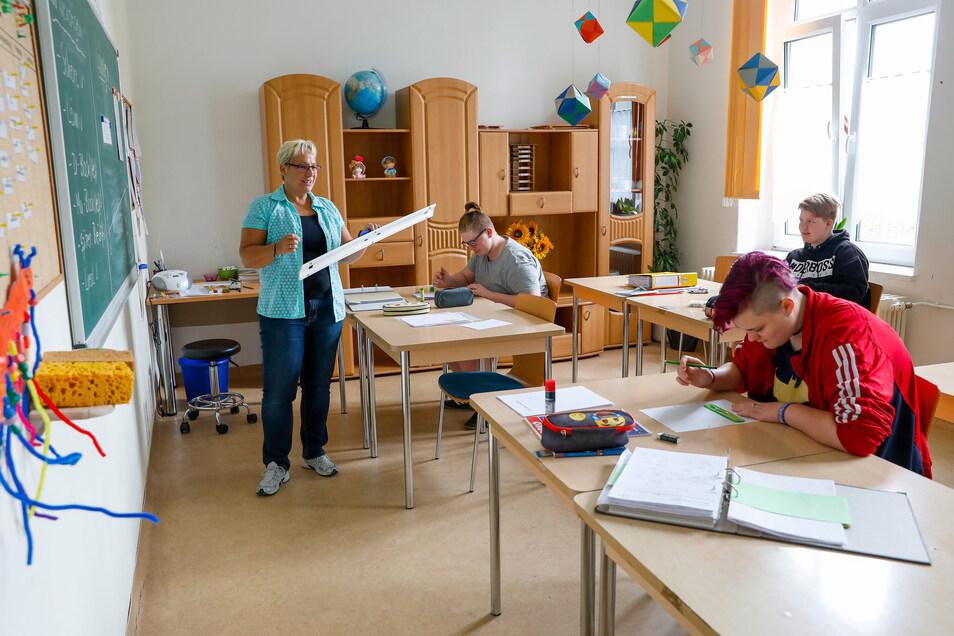 Unterricht mit Lehrerin Gitta Neumann im Klassenzimmer der Trainingswohnung.