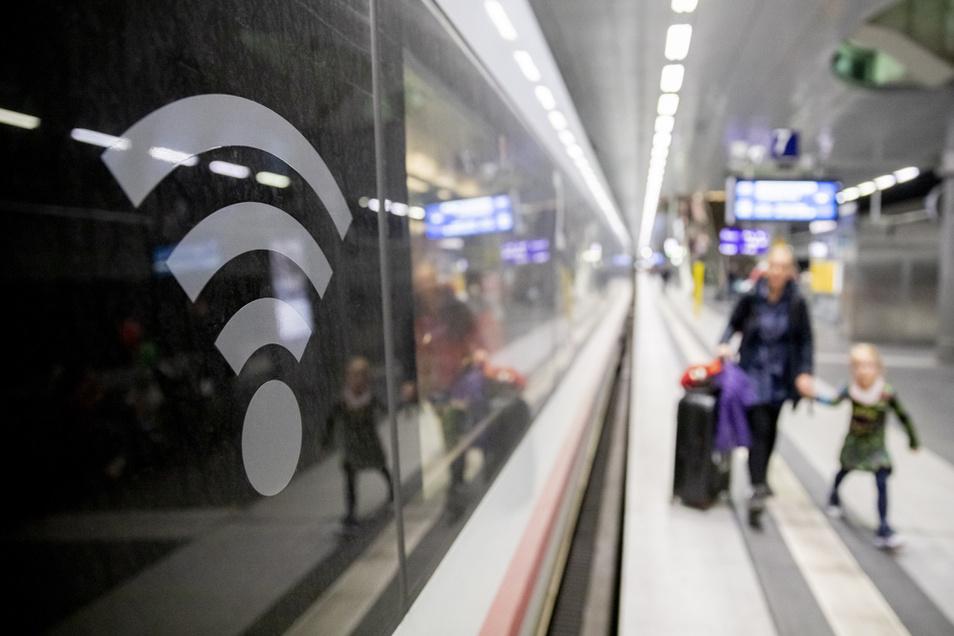 Im Zug ist das Mobilfunknetz oft sehr langsam, auf einigen ICE-Bahnhöfen dagegen ist Surfen mit Highspeed-Geschwindigkeit möglich.
