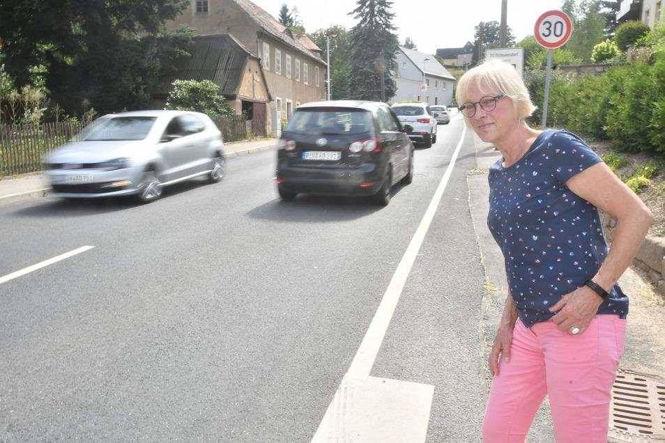 Durch Mohorn führt eine Bundesstraße. Für Anwohner wie Annerose Stockmann ist es oft schwierig, diese sicher zu überqueren.