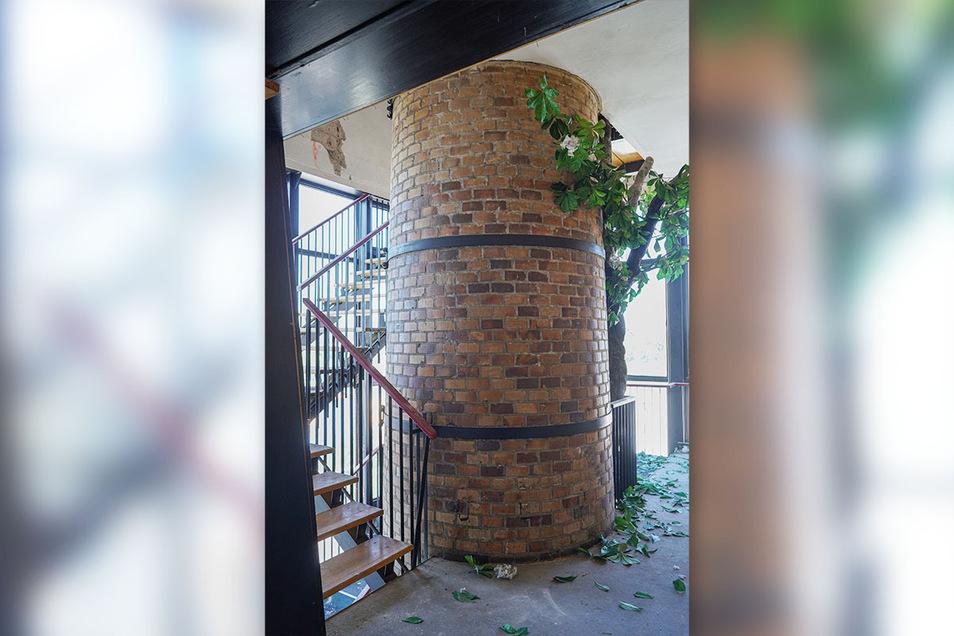 Über eine Treppe, die sich um einen Schornstein windet, geht es hinauf zum früheren Gastraum.