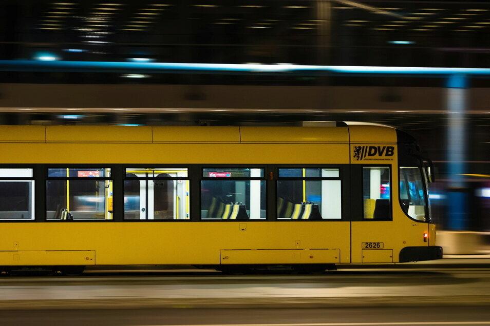 Seit etwa 20.30 Uhr rollen die ersten Dresdner Straßenbahnen wieder.