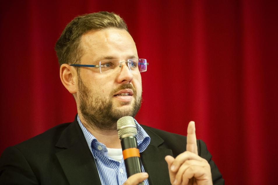 Der frühere Großenhainer Landtagsabgeordnete Sebastian Fischer konnte sich am Freitagabend in Großenhain überraschend klar gegen den scheidenden Landrat Arndt Steinbach durchsetzen.