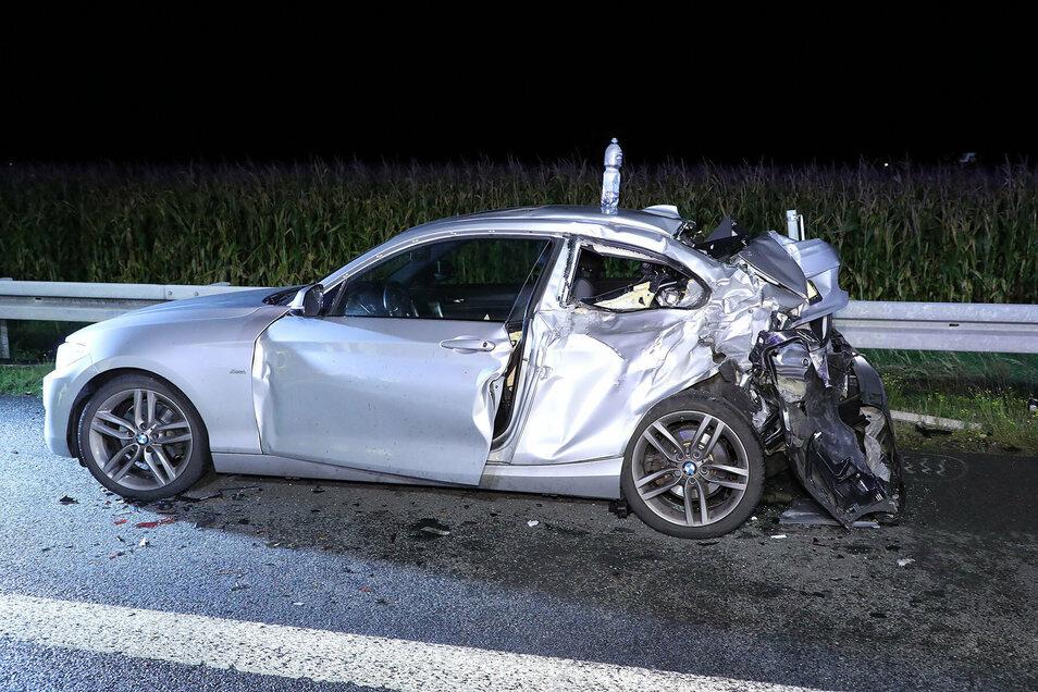 Der 2er BMW wurde vollkommen zerstört. Die Insassen mussten von der Feeurwehr befreit werden.
