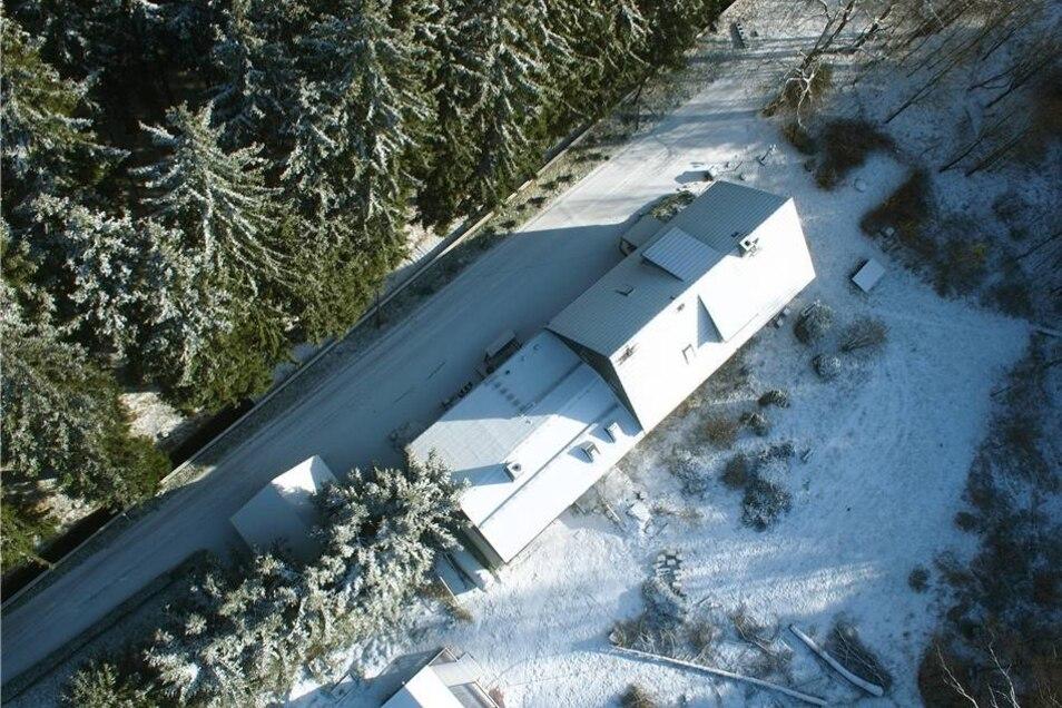 Die Pension, aus der Luft fotografiert. Das Grundstück liegt abgeschieden im Osterzgebirge.