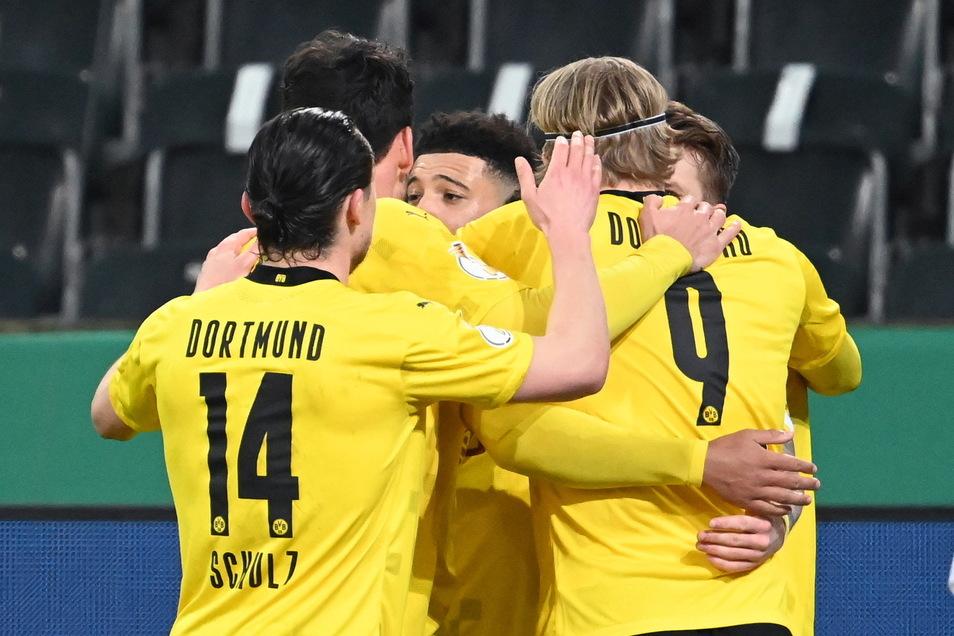 Der Dortmunder Jadon Sancho (M) bejubelt sein siegbringendes Tor zum 1:0 im Viertelfinale des DFB-Pokals bei Borussia Mönchengladbach mit seinen Teamkollegen.