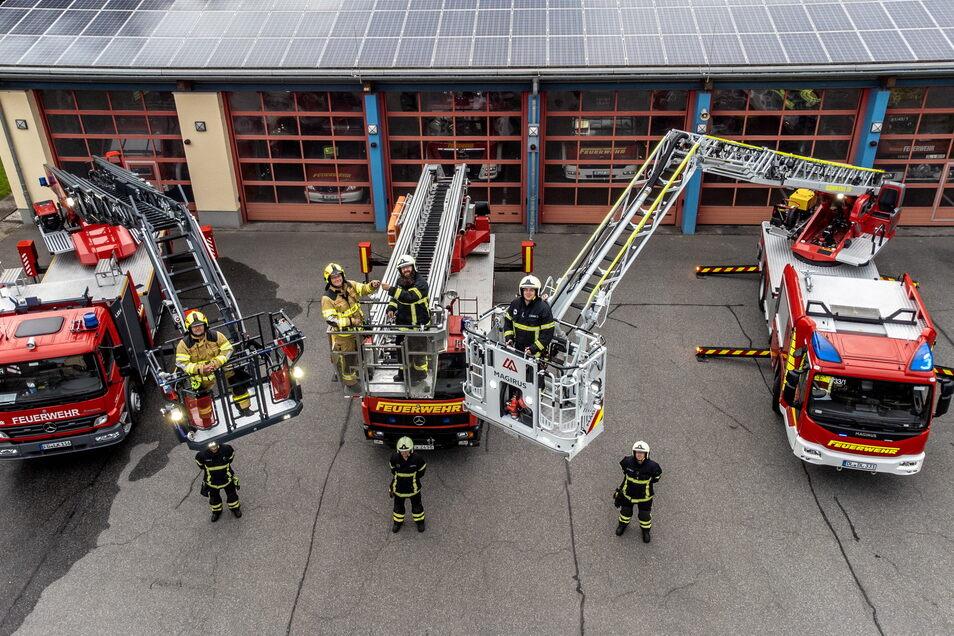 """Die Roßweiner Drehleiter (links) ist aus der großen Durchsicht zurück. In der Zeit konnten die Roßweiner Feuerwehrleute die """"alte"""" Drehleiter der Döbelner Wehr nutzen (Mitte). Diese kann mittlerweile mit einem neuen Fahrzeug (rechts) ausrücken."""