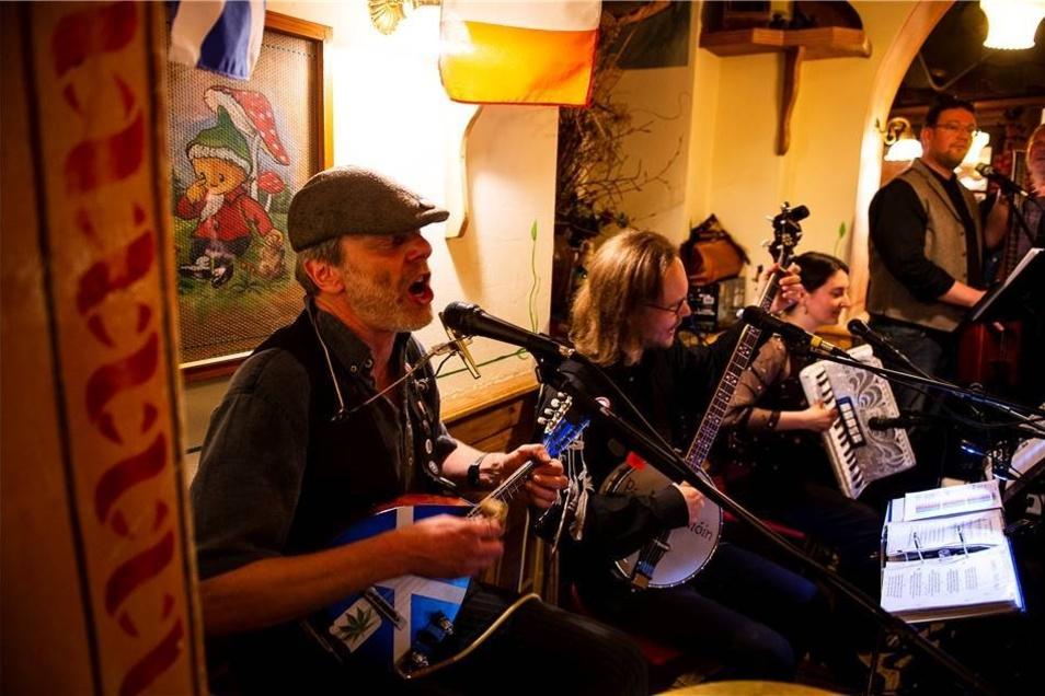 Hochemotional und dennoch beschwingt präsentierten sich The Folks im Kartoffelhaus, die mit traditionellen Instrumenten Irish Folk von der Grünen Insel in die Neißestadt brachten.