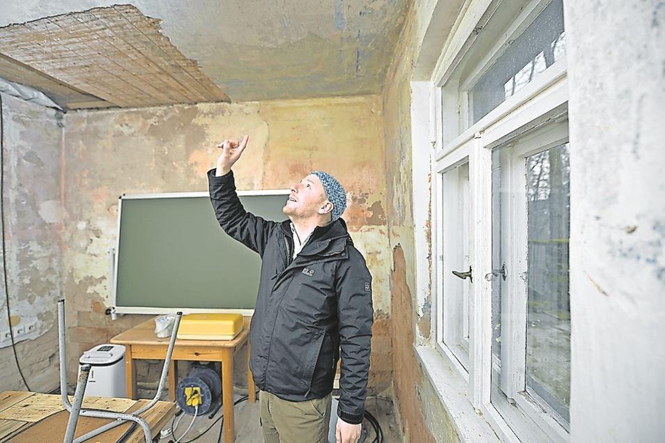 Unter den Tapeten im Erdgeschoss fand der 34-Jährige alte Malereien.