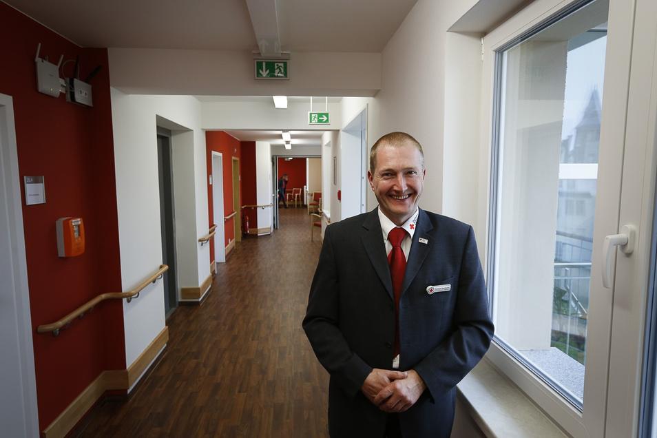 Als die Welt noch in Ordnung war: DRK-Vorstand und damaliger Heimleiter Rüdiger Neumann 2014 im Flur des neu eröffneten Pflegeheimes im Frauenburg-Karree.