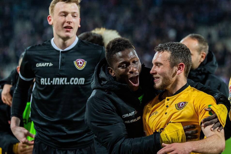 Geteilte Freude ist doppelte Freude: Moussa Koné drückt nach Dynamos Sieg in Aue den Torschützen Justin Leo Löwe. Dabei haben die beiden Profis sozusagen ihre Rollen getauscht.