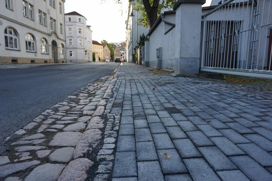 Auf dem Fußweg Höhe Hafenstraße 41 wurden neue Betonsteine verlegt.